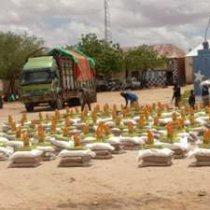 Sawirro: Al Shabaab oo gargaar gaarsiiyay shacab ku tabaalaysan degmada Bacaadweyne.